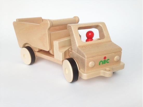 Houten speelgoed kipwagen met een houten rood  mannetje achter het stuur.