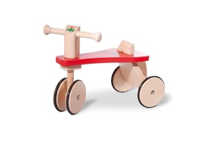 Massief houten driewieler met rode zitting, houten wielen omringd met zwarte rubber.Het voorste wiel is dubbel.