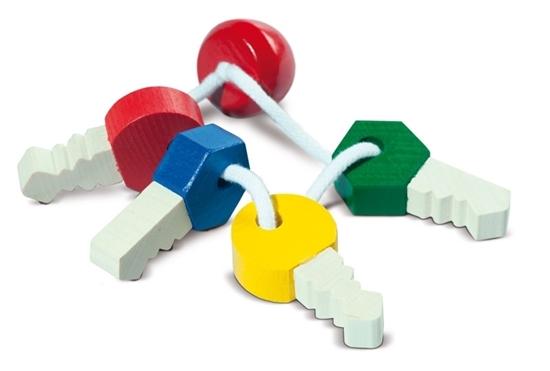 Een sleutelbos met 4 houten sleutels, 1 rode, 1 blauwe, 1 gele en 1 groene