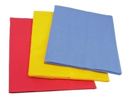 Set van drie kleine katoenen speeldoeken opgeplooid (blauw, rood en geel).