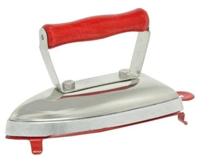 Op een rood metalen steun staat een ijzeren strijkijzer voor kinderen met rood houten handvat.