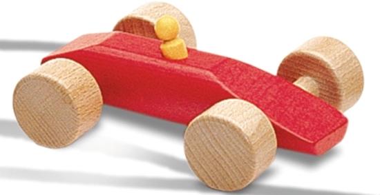 Rode houten speelgoed race auto met bestuurder.
