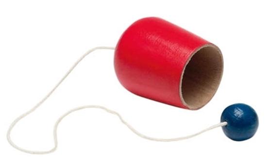 Kleine rode houten beker verbonden met een koord aan een blauwe houten bal.