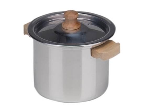 Hoge speelgoed kookpot in aluminium met deksel  met houten handvaten en houten knop op het deksel.