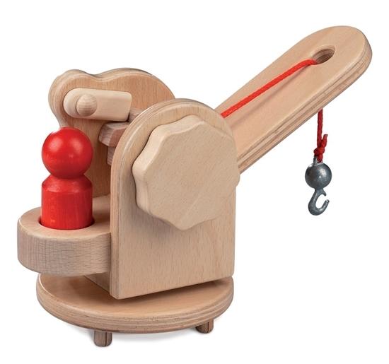 Houten takelkraan met rood koordje, metalen haak en rood mannetje, om op een speelgoed vrachtwagen te plaatsen.
