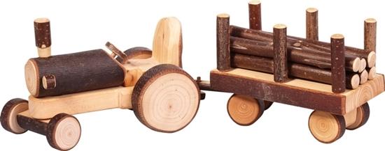 Tractor met aanhangwagen met houten balken, gemaakt van takkenhout.