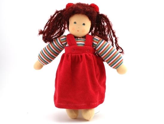 Staande voddenpop met blauwe ogen en lange wollen haren. Ze draagt een gestreepte sweatshirt blauw wit rood groen en een rode fluwelen overgooier kleed.
