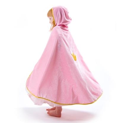 Profiel van een meisje die een grote roze mantel met kap draagt. De rand van de mantel draagt een gouden bies en in het midden van de rug is een gouden kroon geborduurd.