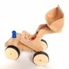 Speelgoed houten wiellader met opgeheven schepbak en met rubber bedekte wielen.