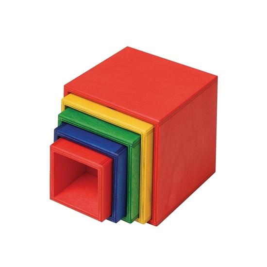 5 in elkaar geschoven houten kubussen die op de zij liggen. De grootste is een rode, gevolgd door een gele, een groene, een blauwe en als kleinste ook een rode.