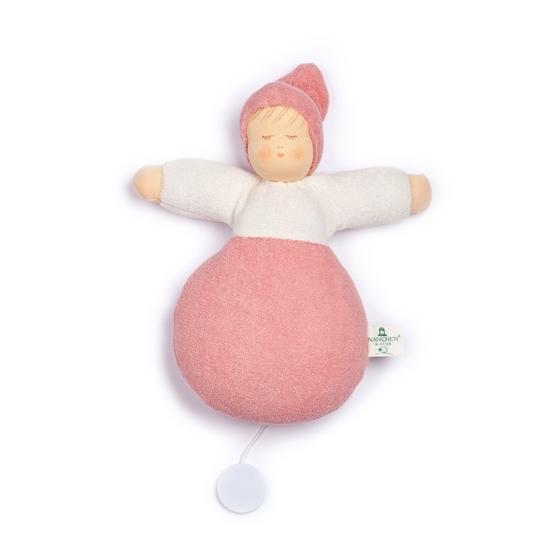 Roos voddenpopje met muziekdoos, roos lichaam, witte sweatshirt en roze pinnenmuts.