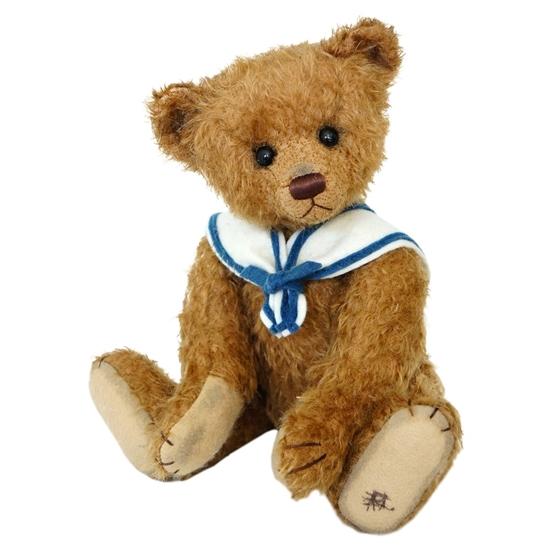 Teddy beer in mohair met blauw zeemanskraagje.