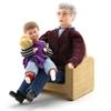 Popjes voor poppenhuis, een grootvader zit in een houten zetel, een klein jongetje met Teddy Bear on his lap.