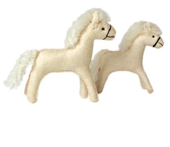 Een groot wit paard en een klein wit paard, beide  gemaakt van wolvilt.