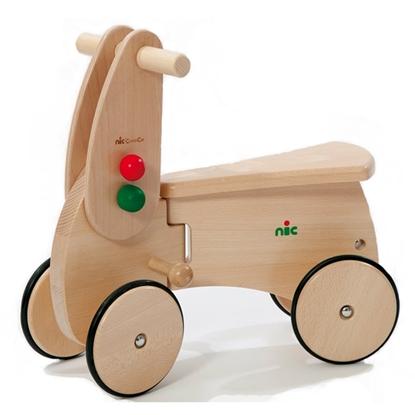 Massief houten loopauto met 4 houten wielen omringd met zwarte rubber.