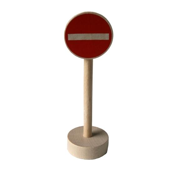Houten verkeersteken verboden ingang om met de autootjes te spelen. Houten ronde sokkel met houten paal en rond rood paneel met horizontale witte streep