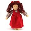Poupée de chiffon aux yeux bleus et aux longs cheveux bruns en laine se trouvant debout. Elle porte un sweat rayé bleu blanc rouge vert et une robe chasuble rouge en velours.