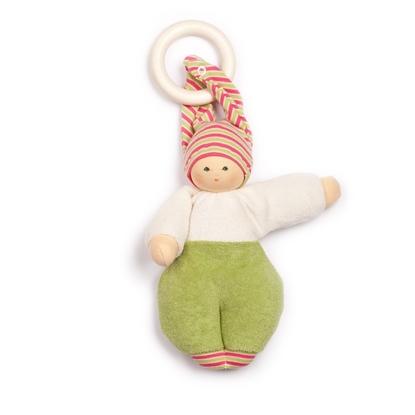 Stoffen popje met witte sweatshirt, groene broek en roos en groene puntmuts met twee punten. Tussen de twee punten is een houten bijtring.