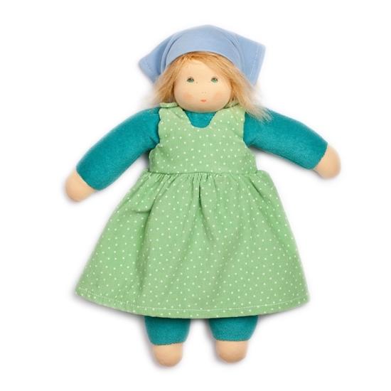 Voddenpop van 35 cm met blond mohair haar en blauwe ogen. Ze draagt fel groen ondergoed en een gras groen jurk met witte stippen en een lichtblauwe hoofddoek.