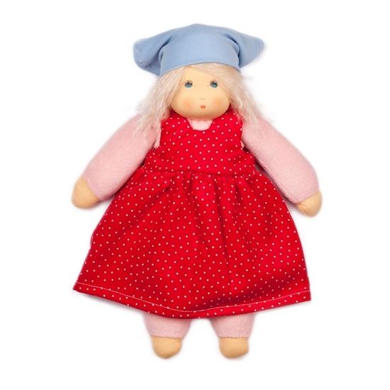 Voddenpop van 35 cm met blond haar en blauwe ogen. Ze draagt roos ondergoed, een rode jurk met witte stippen en een lichtblauwe hoofddoek.