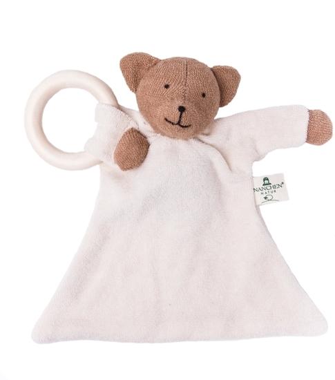 Lappenbeertje met een wit lijf, een bruine kop en bruine poten, in badstof van  bio katoen. Een poot houdt de bijtring vast.