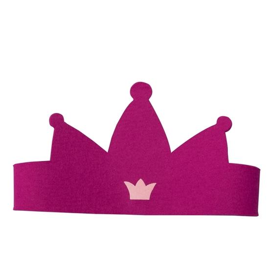 Prinsessenkroon gemaakt van fuchsia  wolvilt, aan de voorkant drie tippen en een klein lichtroos kroontje in het midden erop gedrukt.