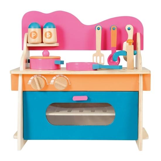Mini speelgoed fornuis turkoois blauw en roos. Vooraan een blauwe ovendeur met erboven 2 grote draaiknoppen en roze gegolfde achterwand. Op het aanrecht een houten kraan en 2 kookplaten met een roze kookpot en een roze pot erop. Aan de achterwand hangt een lepel, een vork en een mes. Op een rekje, links, zout en peper.