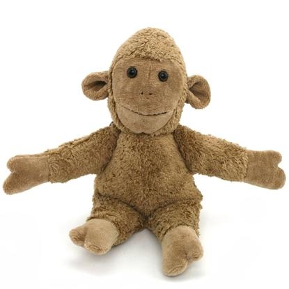 Pluchen aapje in beige bio katoen. Het zit met de armen open gespreid.