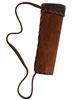 Solide carquois en daim brun bordé d'un rebord en daim brun foncé avec une bretelle en daim pour le porter sur l'épaule.