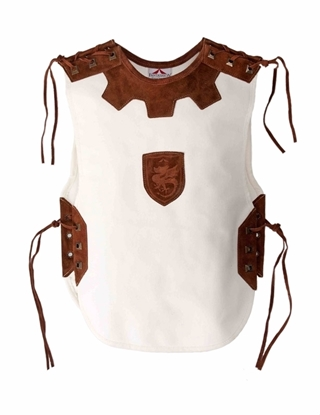 Wit linnen ridder tabberd met donkerbruine suède lederen inlegstukken op de schouders, rond de hals, aan de zijkanten en centraal op de borst één met een draak in gebrand.