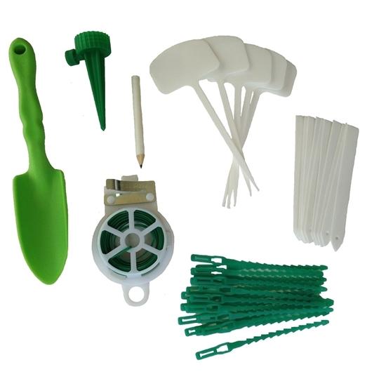 Set van 15 witte plastieken naamplaatjes voor planten, schrijfpotlood,  kleine groene plastieken plantenschep,  rol groene ijzerdraad, 20 groene plasieken plantenbinders, 1 groene flessenhouder voor bewatering.