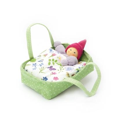 Groene poppenreiswieg in katoen met paars popje met roze muts, wit hoofdkussen en donsdeken met veelkeurige bloemen en vlinders