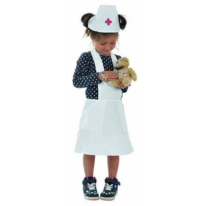 Een meisje staat gekleed in een wit verpleegsterschort en -muts met een rood kruisje erop. Ze draagt een zwarte bloes met witte stippen en dezelfde snikkers. Ze draagt een beertje in haar handen.
