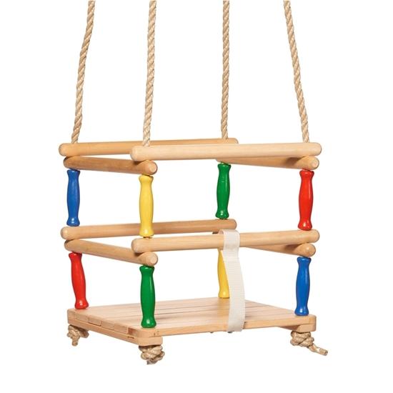 Houten schommel gemaakt van koorden en houten cilinders van natuur hout en gekleurd rood, geel, groen en blauw.