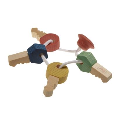 Een witte koord loopt door 4 houten sleutels, 1 rode, 1 blauwe, 1 gele en 1 groene.