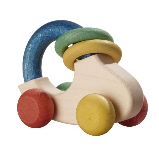 Kleine rammelaar in de vorm van een auto. De basis is van natuurhout met een grote blauwe ring bovenaan waarrond 2 kleine ringen zitten: een groene en een gele. Het autootje heeft wieltjes  van verschillende kleuren: rood, groen, geel en oranje.