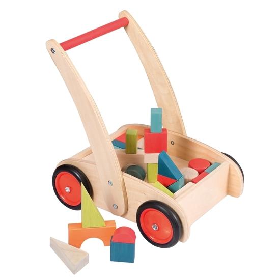 Houten loopwagen met rode metalen wielen en zwarte banden en een rood handvat gevuld met veelkleurige blokken.