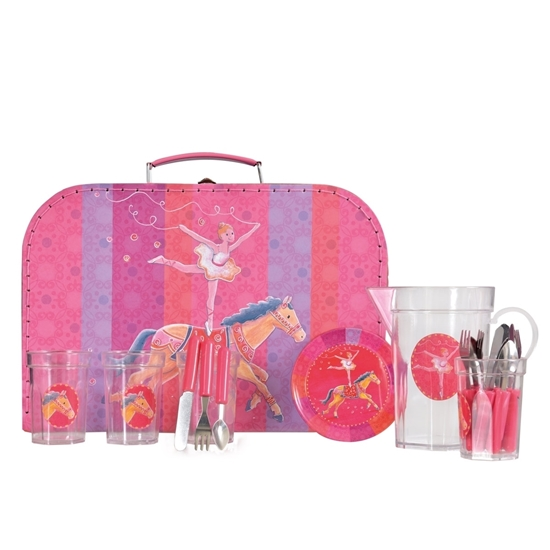 Roos kartonnen valies met afbeelding van een ballerina  op een paard. Ervoor staat een roos blikken eetservies met bestek en waterkan.