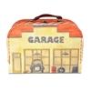Beschilderde kartonnen valies in de vorm van een garage om met autootjes te spelen.