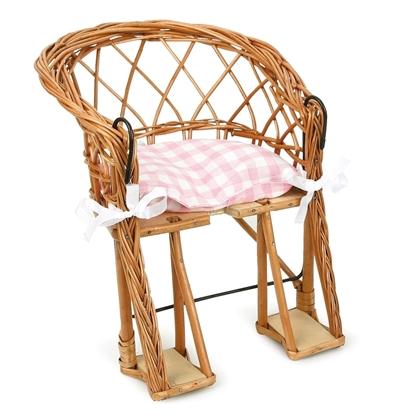 Rieten fietsstoel voor pop met roos en wit geruit kussentje vastgemaakt met twee witte strikjes. Onderaan de stoel zijn 2 houten voetsteuntjes. Vooraan zijn twee metalen haken om het stoeltje aan het stuur te hangen.