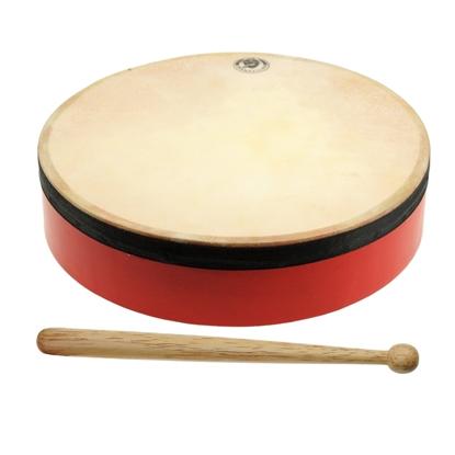 Rode houten ring waarop een natuurlijke huid op gespannen is met een stokje om erop te slaan.