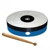 Cercle de bois bleu tendu d'une peau naturelle, avec un bâtonnet en bois pour jouer du tambour.
