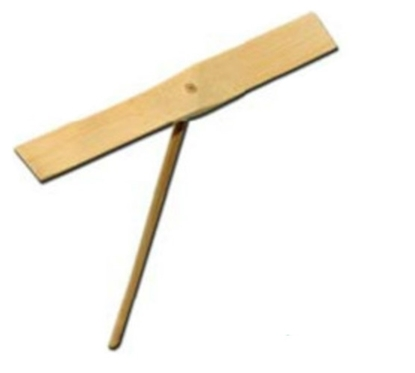 Een cynlindrisch staafje met aan de top loodrecht daarop een dubble vleugel, allemaal  in bamboo hout.