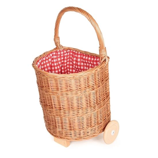 Rieten boodschappen caddie, met twee houten wielen en bekleed van binnen met rood en wit geruitte katoenen stof.