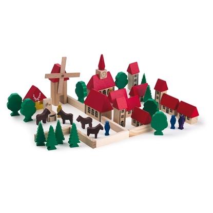 Klein houten dorpje. 7 huisjes, 1 kerk, 1 molen  en 3 torens, allemaal met rode daken, 4 ventjes, 4 bruine paarden, 6 loofbomen, 6 sparren, 6 omheiningen en een drinkbak voor de dieren.