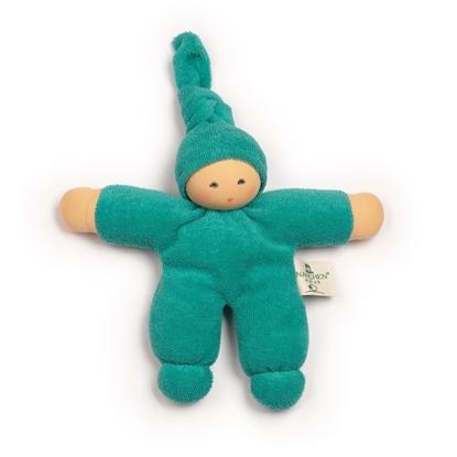 Groen katoenen popje met lange puntmuts en hangeschilderd gezicht.