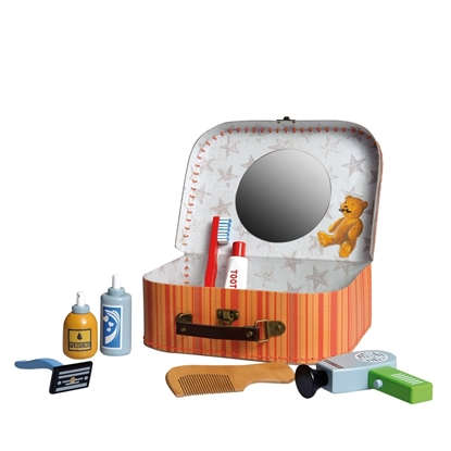 Een kartonnen valiesje met spiegel staat open. Erin en errond staan houten schoonheidsaccessoires voor jongens: tandenborstel en tandpasta, haardroger, kam, scheermesje, scheerschuim en aftershave.