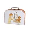 Une valise en carton avec un dessin d'un petit garçon en train de se raser devant un miroir et un petit ours.
