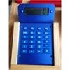 Détail d'une caisse enregistreuse en bois: détail de la vraie calculatrice bleue.