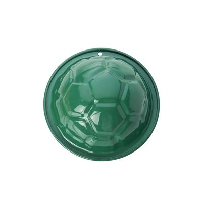 Forme à sable en métal laqué vert en forme de balle de football.